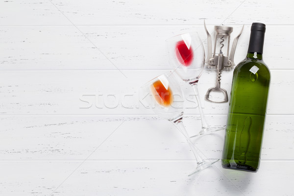 Foto d'archivio: Bottiglia · di · vino · occhiali · bianco · tavolo · in · legno · top · view