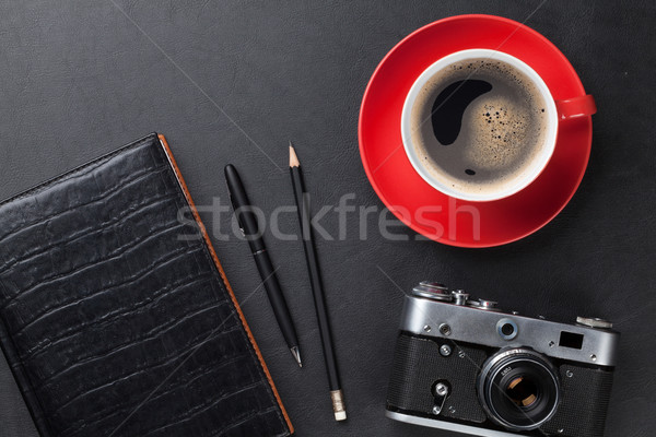 Foto stock: Escritorio · cámara · taza · de · café · oficina · cuero