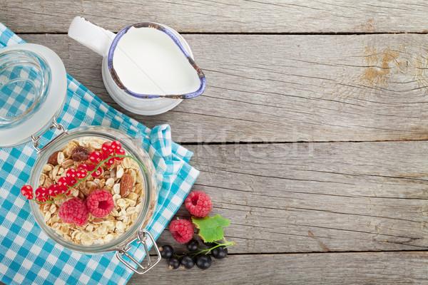 śniadanie musli jagody mleka widok z góry drewniany stół Zdjęcia stock © karandaev