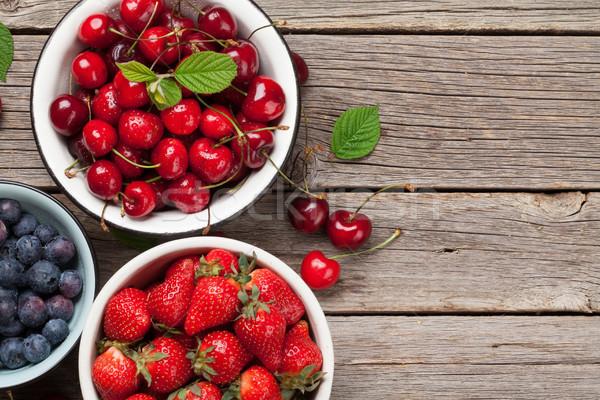 świeże lata jagody wiśniowe truskawki Zdjęcia stock © karandaev
