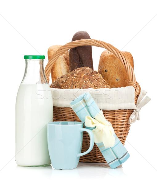 Piknik sepeti ekmek süt şişe yalıtılmış beyaz Stok fotoğraf © karandaev