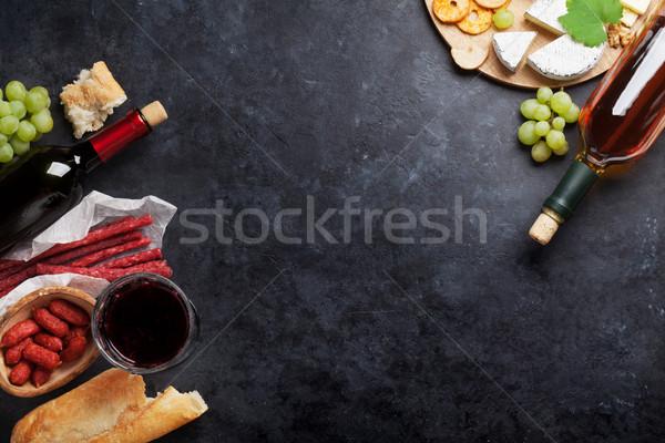 Piros fehérbor szőlő sajt kolbászok üvegek Stock fotó © karandaev