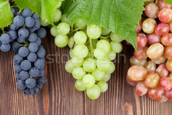 Foto stock: Monte · colorido · uvas · mesa · de · madeira · vinho · fundo