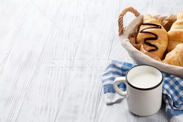 Fresco croissants leite cesta mesa de madeira ver Foto stock © karandaev