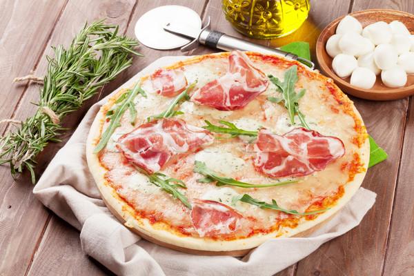Pizza prosciutto mozzarella mesa de madera mesa queso Foto stock © karandaev