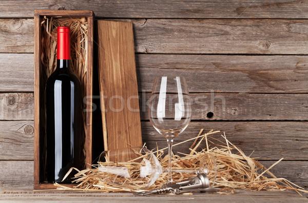 Rode wijn fles wijnglazen houten muur exemplaar ruimte Stockfoto © karandaev