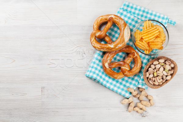 Piwa przekąski drewniany stół orzechy chipy precel Zdjęcia stock © karandaev