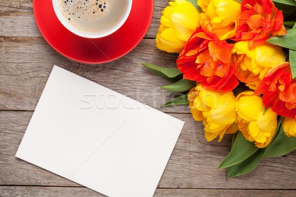 Renkli lale tebrik kartı kahve fincanı buket ahşap masa Stok fotoğraf © karandaev