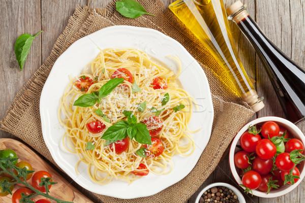 Spagetti tészta paradicsomok bazsalikom fa asztal felső Stock fotó © karandaev