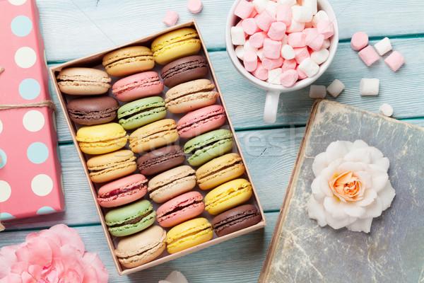 Coloré boîte guimauve table en bois sweet macarons Photo stock © karandaev