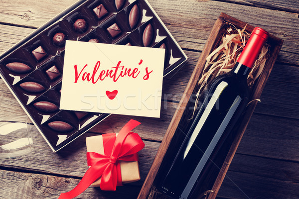Foto stock: Día · de · san · valentín · tarjeta · de · felicitación · vino · tinto · caja · de · regalo · chocolate · cuadro