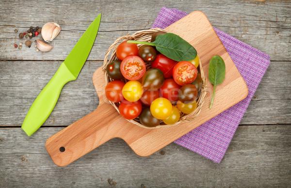 Kolorowy pomidorki drewniany stół przyprawy nóż deska do krojenia Zdjęcia stock © karandaev
