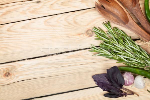 Herbes épices assaisonnement ustensiles table en bois espace de copie Photo stock © karandaev