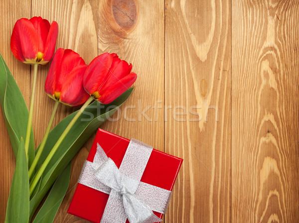Сток-фото: свежие · тюльпаны · шкатулке · деревянный · стол · цветы · весны