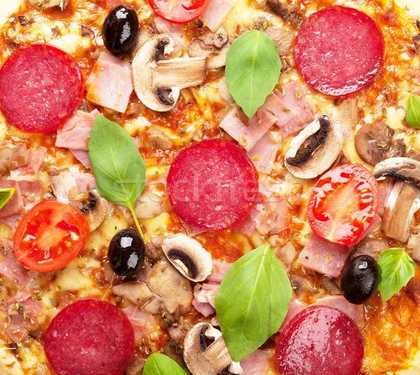 Italiano pizza calabresa tomates azeitonas manjericão Foto stock © karandaev
