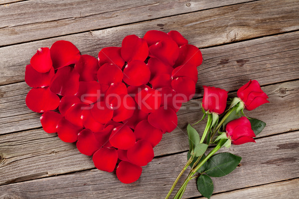 Rood rose bloemblaadjes hart bloemen houten tafel top Stockfoto © karandaev