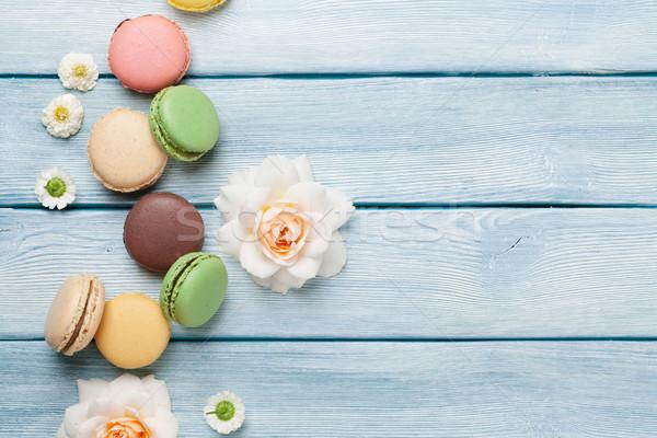 Renkli tatlı macarons çiçekler ahşap masa üst Stok fotoğraf © karandaev