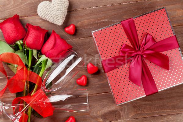 Foto stock: Día · de · san · valentín · rosas · ramo · caja · de · regalo · champán · gafas