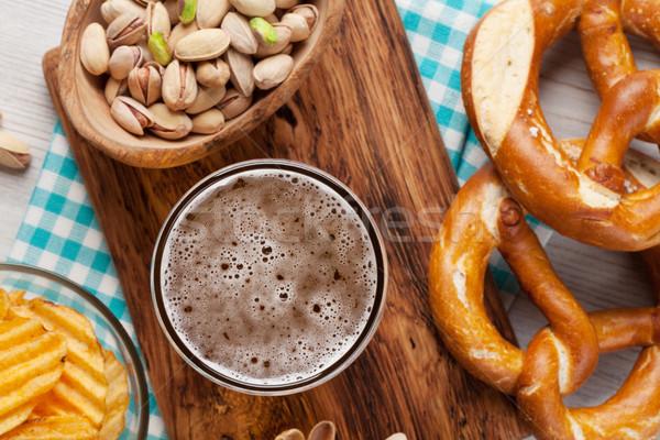 Alman birası bira ahşap masa fındık cips Stok fotoğraf © karandaev