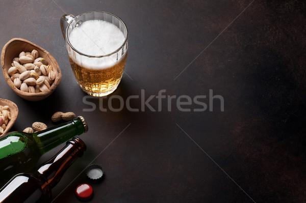 Piwo jasne pełne piwa orzechy przekąski kamień tabeli Zdjęcia stock © karandaev