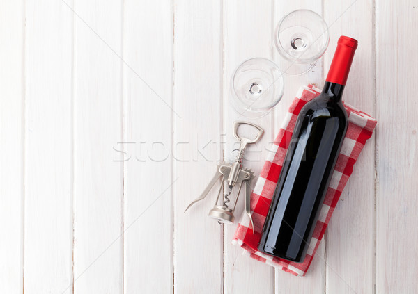 Wino czerwone butelki okulary korkociąg biały drewniany stół Zdjęcia stock © karandaev