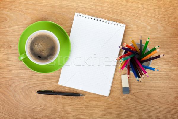Stock fotó: Jegyzettömb · irodaszerek · zöld · kávéscsésze · fa · asztal · fölött