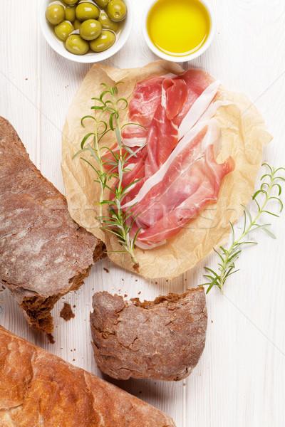 Italiano prosciutto aceitunas blanco mesa de madera pan Foto stock © karandaev