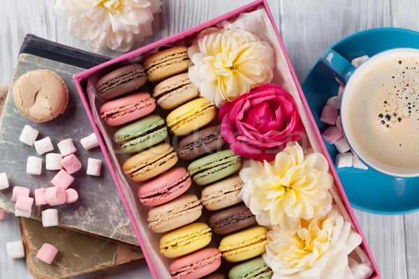 Coloré café sweet macarons table en bois coffret cadeau Photo stock © karandaev