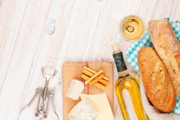 Vinho branco queijo pão branco mesa de madeira topo Foto stock © karandaev