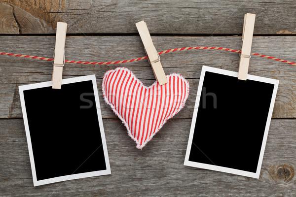 Foto stock: Dois · fotos · vermelho · coração · enforcamento