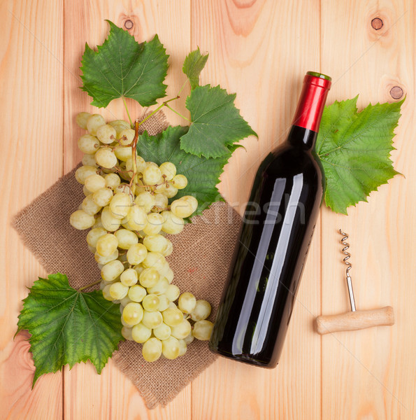 Vino tinto botella blanco uvas mesa de madera Foto stock © karandaev