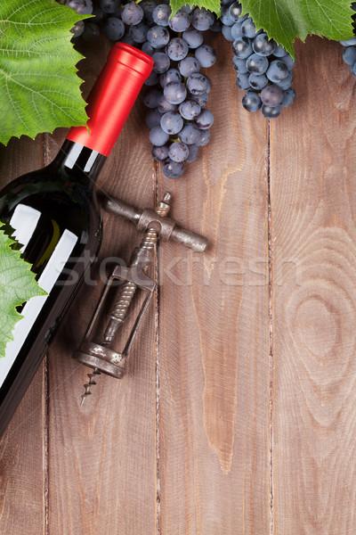 赤 ブドウ ワインボトル ヴィンテージ コークスクリュー 木製のテーブル ストックフォト © karandaev