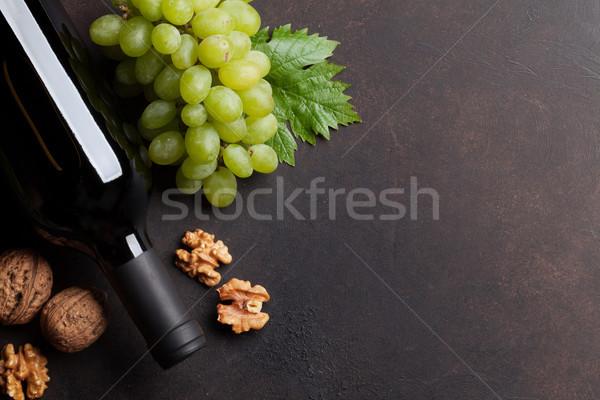 Garrafa de vinho uva nozes topo ver espaço Foto stock © karandaev