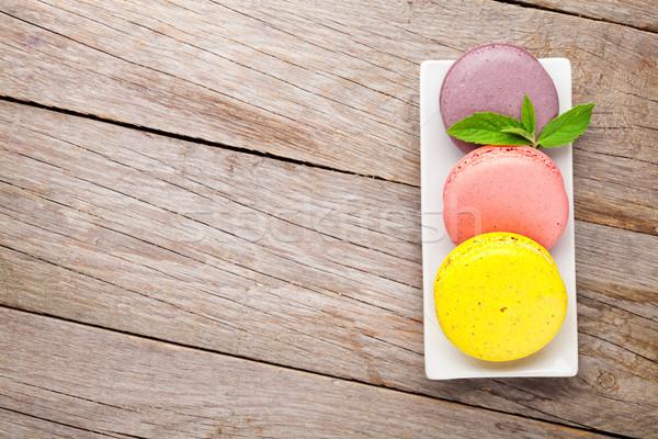 Colorato macaron cookies tavolo in legno torta piatto Foto d'archivio © karandaev