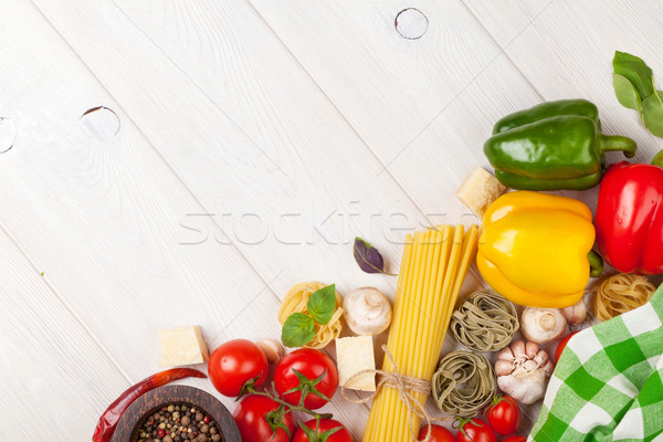 Foto d'archivio: Cucina · italiana · cottura · ingredienti · pasta · pomodori · peperoni