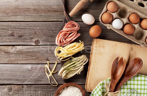 Stół kuchenny książka kucharska przybory składniki górę widoku Zdjęcia stock © karandaev