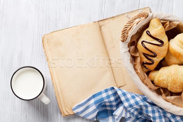 Stockfoto: Vers · croissants · melk · oud · boek · houten · tafel · top