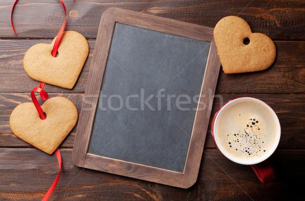Foto stock: Día · de · san · valentín · tarjeta · de · felicitación · corazón · cookies · taza · de · café · mesa · de · madera