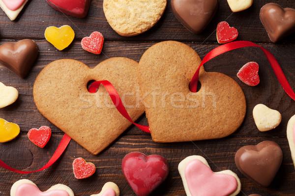 Foto stock: Día · de · san · valentín · tarjeta · de · felicitación · corazón · cookies · mesa · de · madera · superior