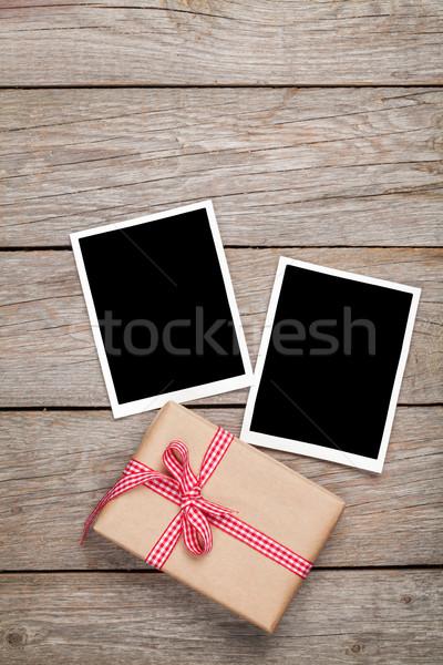 Photo frame cartões caixa de presente fita mesa de madeira casamento Foto stock © karandaev