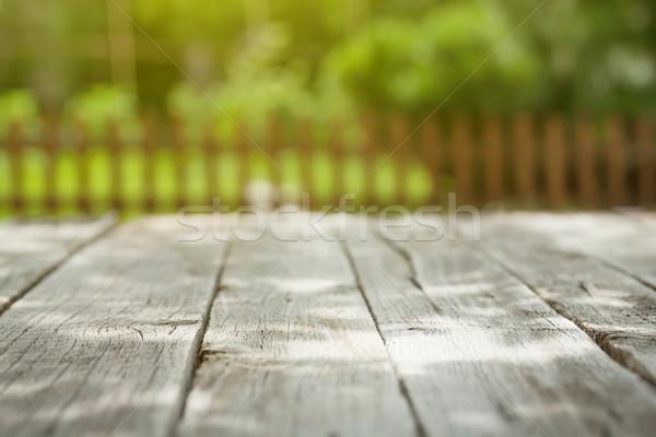 Giardino tavolo in legno verde bokeh erba Foto d'archivio © karandaev