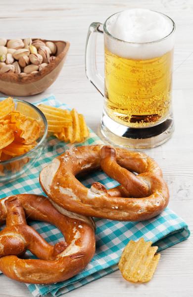 Lagerbier Bier Snacks Holztisch Nüsse Chips Stock foto © karandaev
