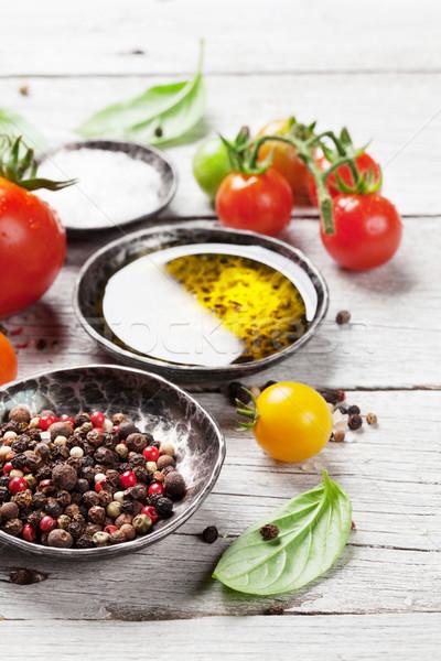 Foto stock: Tomates · albahaca · especias · mesa · de · madera · cocina · fondo