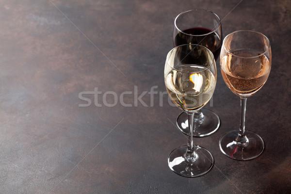 Wijnglazen steen tabel ruimte wijn achtergrond Stockfoto © karandaev