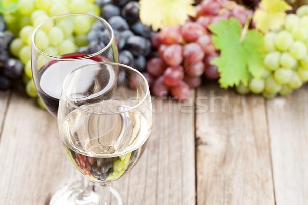 Kieliszki do wina winogron drewniany stół wina drewna owoców Zdjęcia stock © karandaev