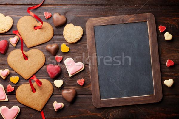 Foto stock: Día · de · san · valentín · tarjeta · de · felicitación · corazón · cookies · mesa · de · madera · pizarra