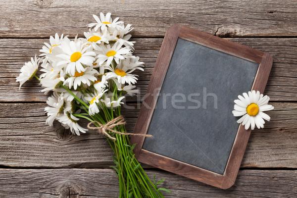 Iskolatábla szöveg kamilla virágok fa asztal felső Stock fotó © karandaev