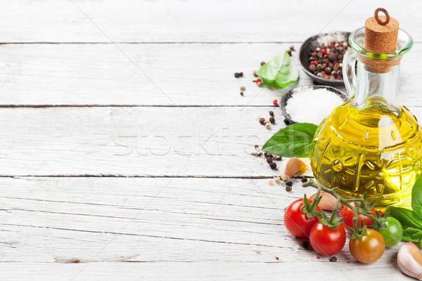 蕃茄 羅勒 香料 木桌 烹飪 空間 商業照片 © karandaev
