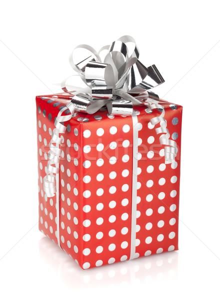 Foto stock: Vermelho · caixa · de · presente · prata · fita · isolado · branco