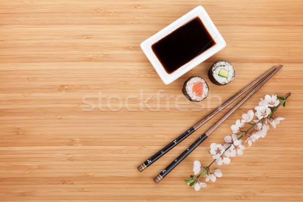Maki sushi eetstokjes sojasaus bamboe houten tafel Stockfoto © karandaev